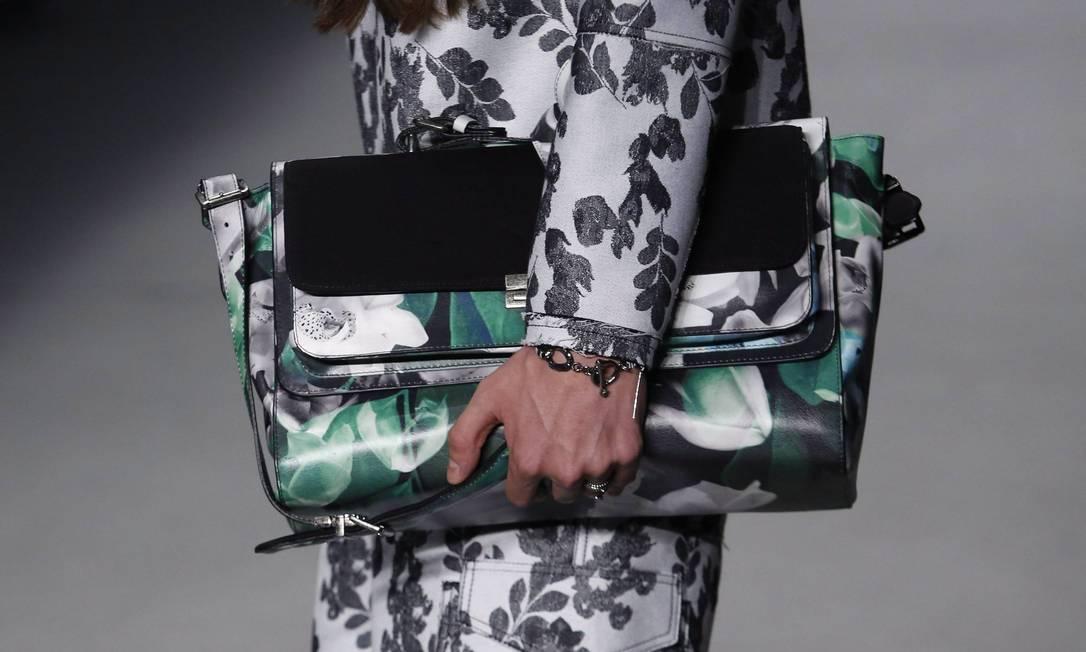 No detalhe, bolsa com estampa floral é adereço de um dos modelos Mônica Imbuzeiro / Agência O Globo
