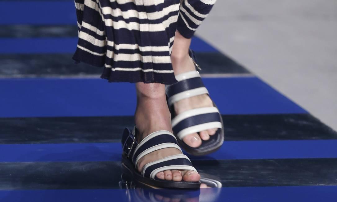 Releituras das sandálias franciscanas calçaram os pés da modelos no terceiro desfile do dia Alexandre Cassiano / Agência O Globo
