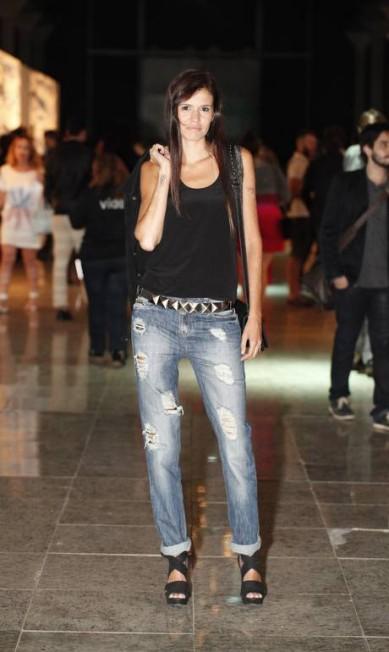 A gerente Débora Ramos, de 34 anos, gerente, fez do básico seu charme, com look inteiramente Ellus, de calça jeans rasgata e regata preta Agência O Globo
