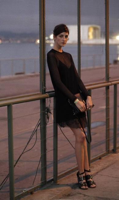 Modelo, Cris Herrmann preferiu não correr riscos e apostou no preto, combinando vestido Zara com transparência, bolsa 3.1 Phillip Lim e sandálias Topshop Bárbara Lopes