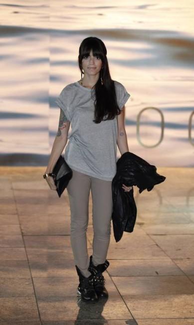 Clara Tarran, de 25 anos, é estilista e optou por um modelito confortável para curtir o Fashion Rio, com blusa solta Topshop, calça justa e bolsa Escudero, bota de cano alto e largo Schutz e jaqueta All Saints Bárbara Lopes