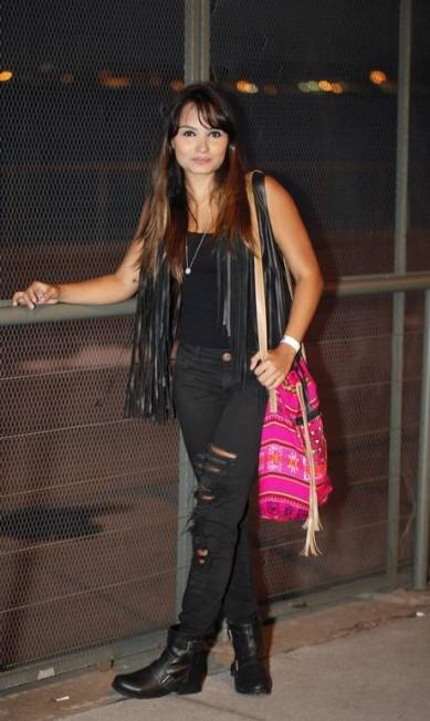 """A estudante Victoria Rodrigues, de 19 anos, investiu em duas peças básicas, mas de acabamento """"radical"""": calça rasgada (Di Colare) e colete com franja (Garment) Agência O Globo"""