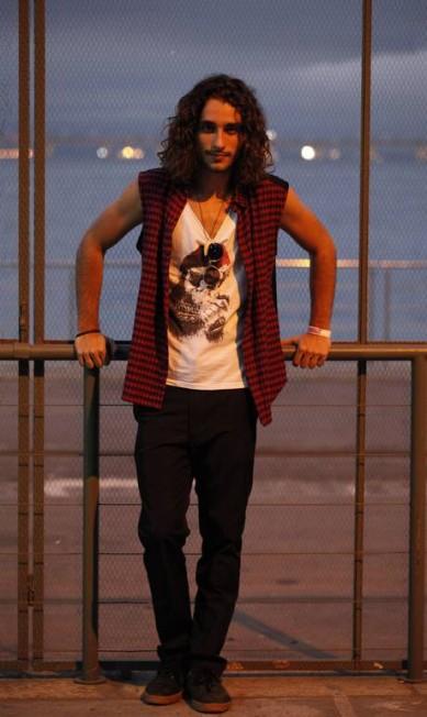 Também modelo, Gabriel Reif, de 20 anos, investiu no estilo despojado, com blusa Aprove, colete Sala de Estar, calça Adidas e tênis All Star Agência O Globo
