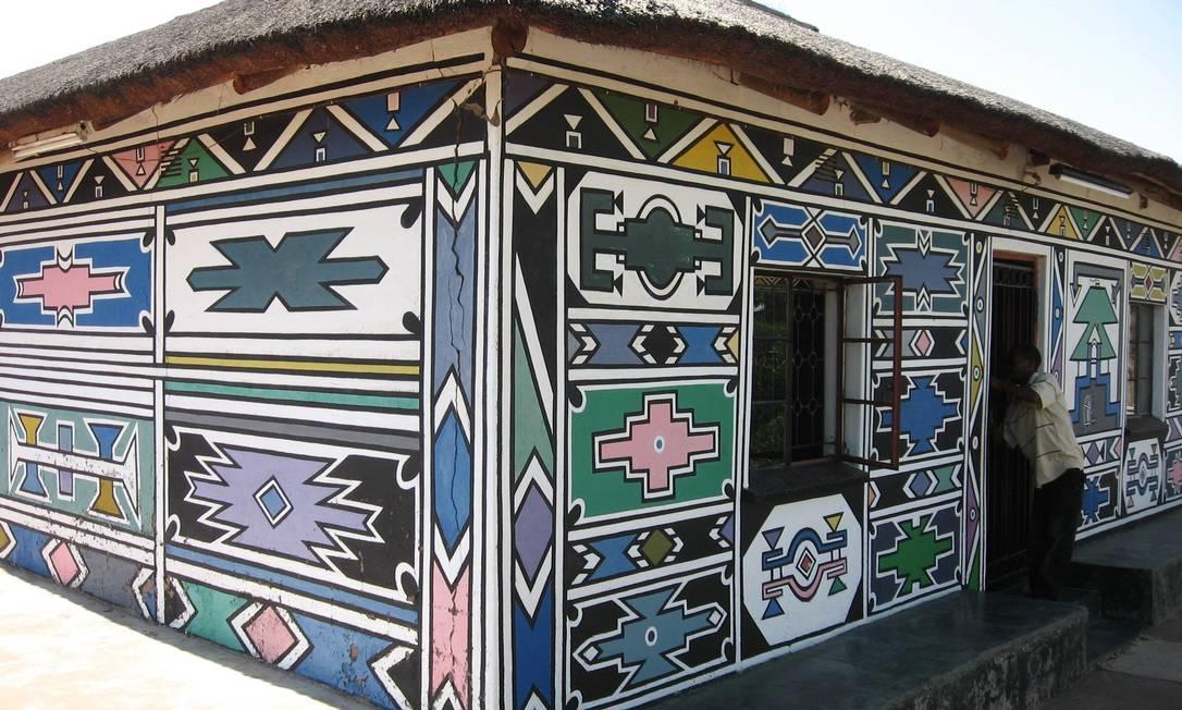 A casa da artista, que fica no vilarejo de Ndebele, em Kwamalanga, também tem seu grafismo Gustavo Alves / Gustavo Alves