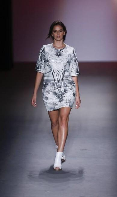 Em sua segunda passagem pela passarela, a namorada de Neymar desfilou vestido com estamparia inspirada na flora nacional Alexandre Cassiano / Agência O Globo