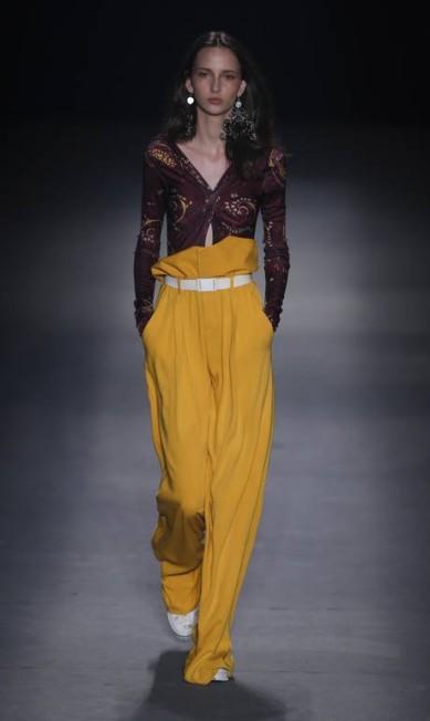 Calças são oversized como as que as bailarinas usam para ir aos ensaios. Amarrados na cintura ajudam a aquecer o corpo Alexandre Cassiano / Agência O Globo