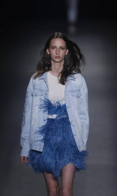 As plumas dos espetáculos de balém foram transformadas em pulls, enquanto os jeans receberam apliques de paisleys cortados a laser, do mesmo tecido Alexandre Cassiano / Agência O Globo