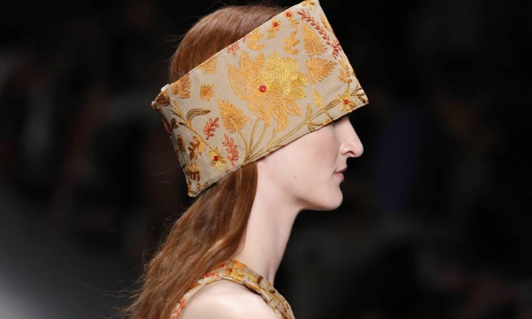 No detalhe, adorno de cabeça bordado em cores mais quentes. Vermelhos, laranjas e ocre estiveram na passarela Mônica Imbuzeiro / Agência O Globo