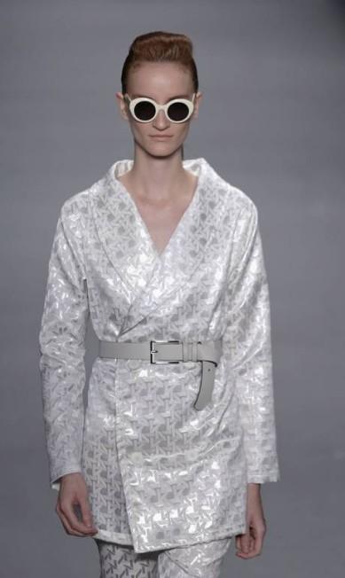 Tweed, chiffon listrado, organza bordada em círculos, jacquard geométrico, neoprene e cetim estampados são os tecidos escolhidos pela estilista Mônica Imbuzeiro / Agência O Globo