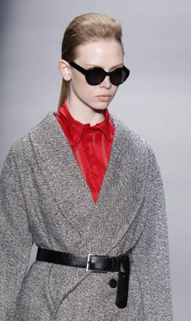 Camisa na cor vermelho carmin com transparência garante o contraste com as cores que predominaram no desfile Mônica Imbuzeiro / Agência O Globo