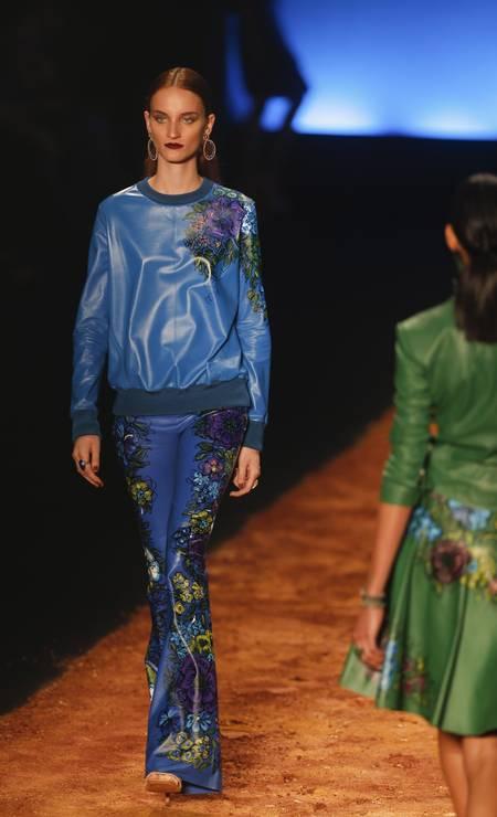 Azul cobalto aparece como uma das apostas para o Inverno 2014, em couro com pinturas florais de Klaucia Badaró Foto: Alexandre Cassiano / Agência O Globo