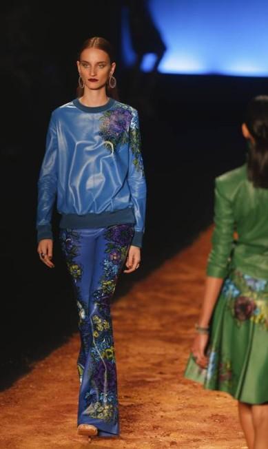 Azul cobalto aparece como uma das apostas para o Inverno 2014, em couro com pinturas florais de Klaucia Badaró Alexandre Cassiano / Agência O Globo