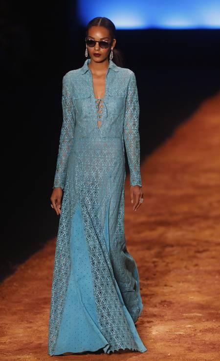 Vestido azul investe em decote discreto, bordados e combinação de tecidos Foto: Alexandre Cassiano / Agência O Globo
