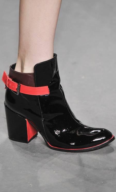 No detalhe, ankle boot de couro envernizado nas cores preto e vermelho Foto: Marcelo Soubhia / Marcelo Soubhia/ FOTOSITE