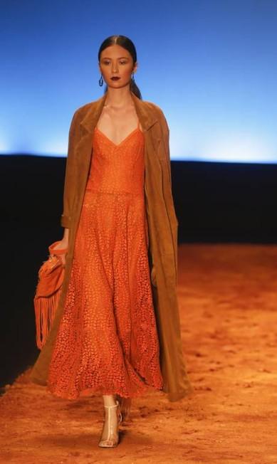 Laranja e terracota estão na gama de cores escolhidas pela estilista Alexandre Cassiano / Agência O Globo