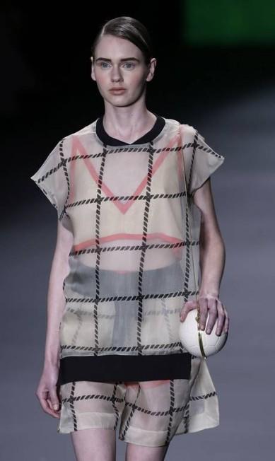 As linhas retas e as circunferências contrastaram em peças de roupas e acessórios como a clutch AP / Andre Penner