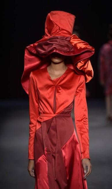 """Na coleção de Fernanda Yamamoto, que misturou referências à feminilidade dos anos 1950 e às artes plásticas, uma das peças reuniu diferentes tons de vermelho. O chapéu enorme, com abas que pareciam """"derramar"""" nas costas, deu um toque especial Ze Takahashi / Ze Takahashi/FOTOSITE"""