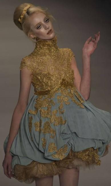 As rendas e as aplicações apareceram em grande parte das peças do estilista especializado em noivas NELSON ALMEIDA / AFP