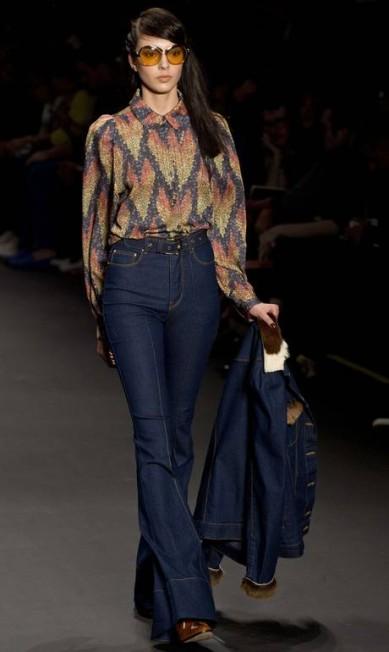 A cintura alta apareceu em calças jeans que ornaram com jaquetas do mesmo tecido NELSON ALMEIDA / AFP