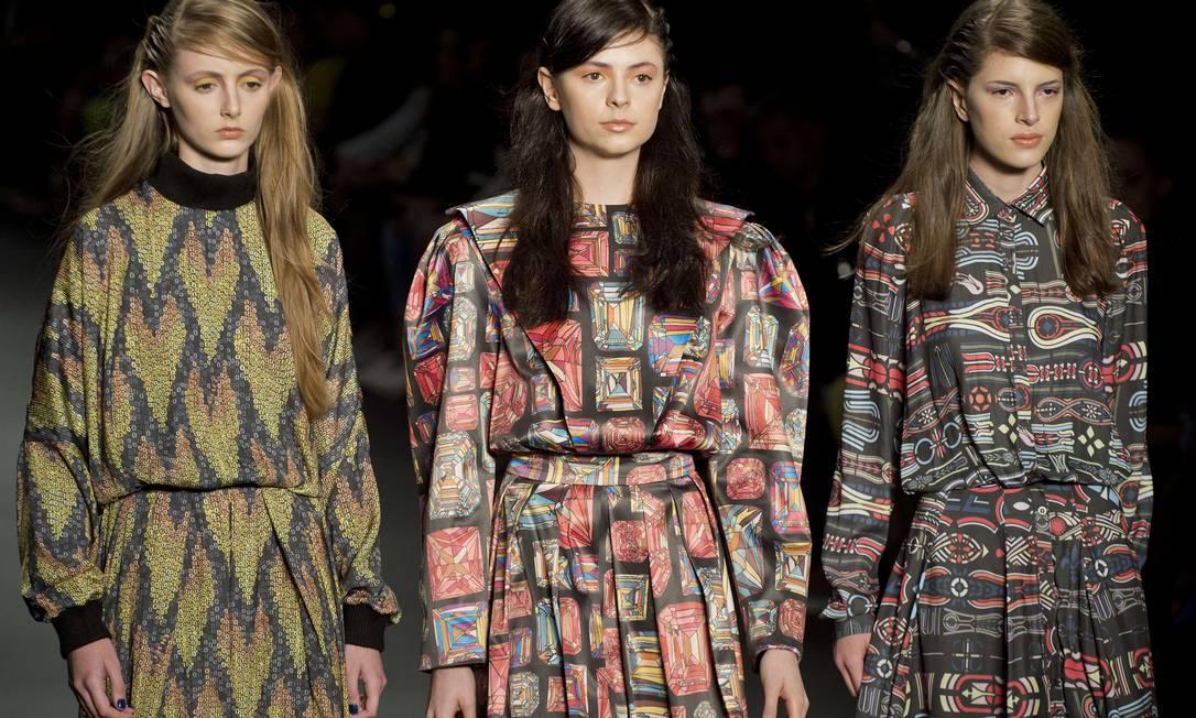 A marca contou com duas estampas exclusivas do artista francês Yassin Lahmar, uma delas a do vestido ao centro da imagem NELSON ALMEIDA / AFP