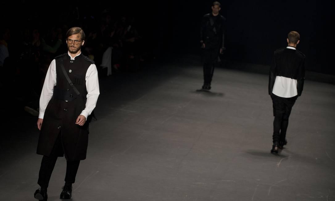 Alexandre Herchcovitch retornou com sua coleção masculina à SPFW na noite de sexta-feira. Nos looks, destaque ao preto e às estampas de quadriculado e de onça NELSON ALMEIDA / AFP