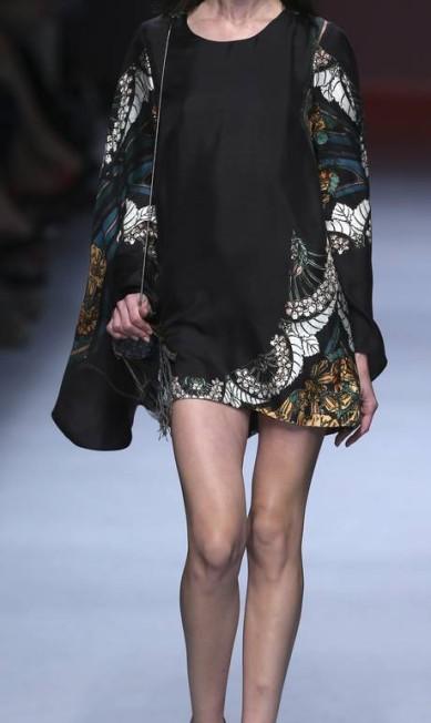 O gipsy-chic também serviu de referência para a estilista, que destacou peças curtas e mangas como a morcego (foto) PAULO WHITAKER / REUTERS