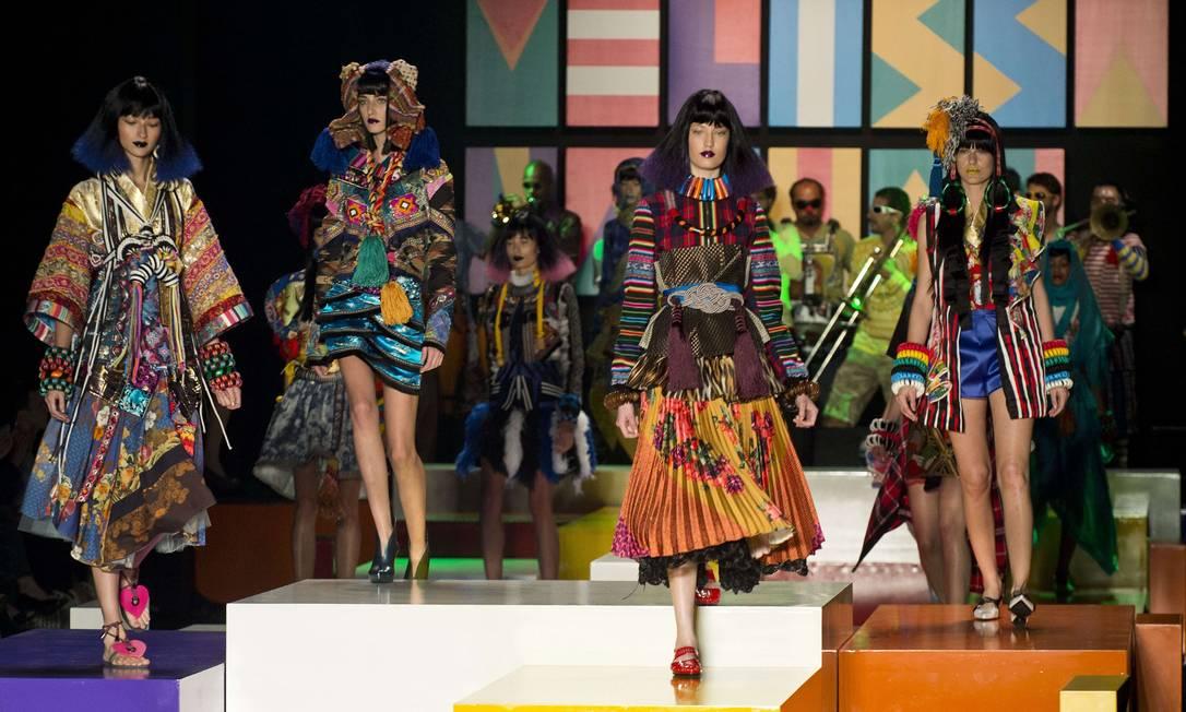 A designer Claudia Savelli caprichou nos acessórios maxi criados para o desfile da Melissa. Para criar as peças, a estilista trabalhou com materiais bem acessíveis... NELSON ALMEIDA / AFP