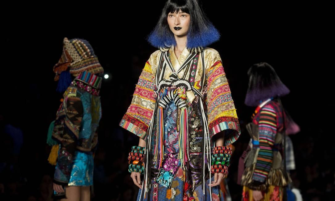 De acordo com a estilista da marca, os colares étnicos viraram uma espécie de colete, com amarrações nas costas NELSON ALMEIDA / AFP