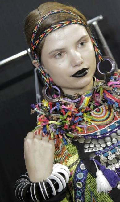 Ilhoses de plástico amarradas em tiras de pano mais pareciam brincões de argola Eliaria Andrade / Agência O Globo