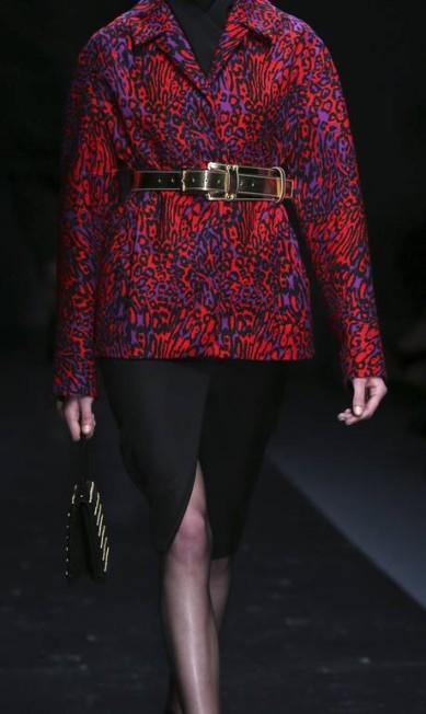 """Como o próprio estilista definiu, ele trabalhou com alguns """"clichês do luxo"""", como o dourado, leopardo e o uso de sandálias com meia fina PAULO WHITAKER / REUTERS"""