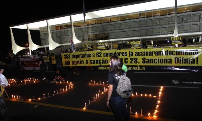 Servidores do Judiciário fazem vigília em frente ao Planalto pelo reajuste Foto: Givaldo Barbosa / Agência O Globo