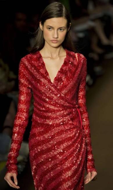 Tufi Duek exibiu um vestido com tons variados de vermelho. O modelo, todo cheio de paetês, também apresenta um decote generoso em V NELSON ALMEIDA / AFP