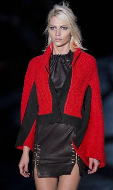 Por cima de um vestidinho preto, a Animale optou por um casaco rubro-negro Andre Penner / AP