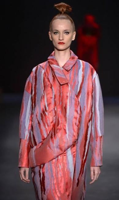 Neste casacão de modelagem ampla, outra criação de Yamamoto, o vermelho aparece misturado ao azul e ao lilás Ze Takahashi / Ze Takahashi/FOTOSITE