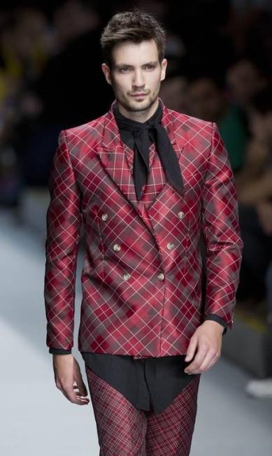 Lenços no pescoço marcaram looks da marca masculina Andre Penner / AP