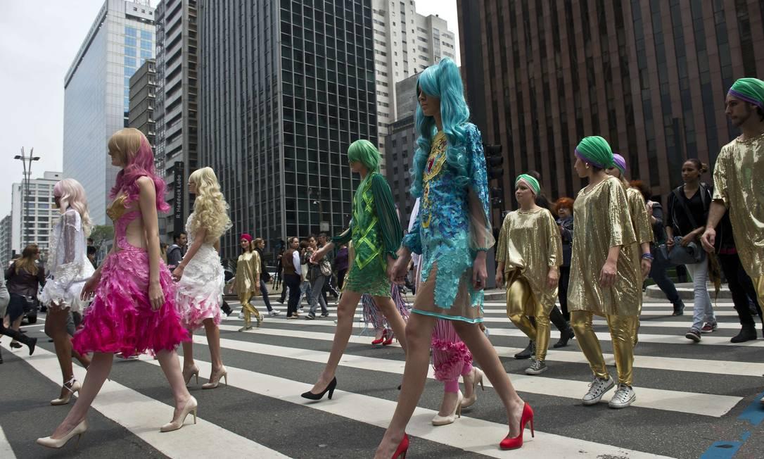 O primeiro desfile desta quarta-feira começou de maneira inusitada, na Avenida Paulista. Em plena rua, o estilista Fause Haten fez uma performance fashion para apresentar a sua nova coleção NELSON ALMEIDA / AFP