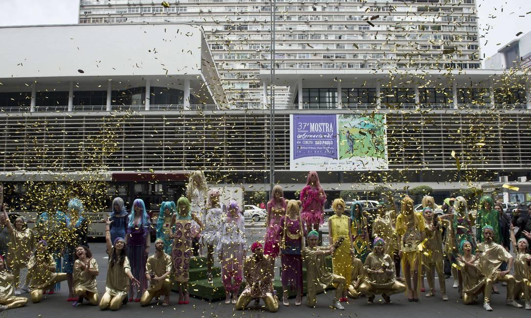 A ocupação na Avenida Paulista acabou com chuva de papel picado dourado NELSON ALMEIDA / AFP