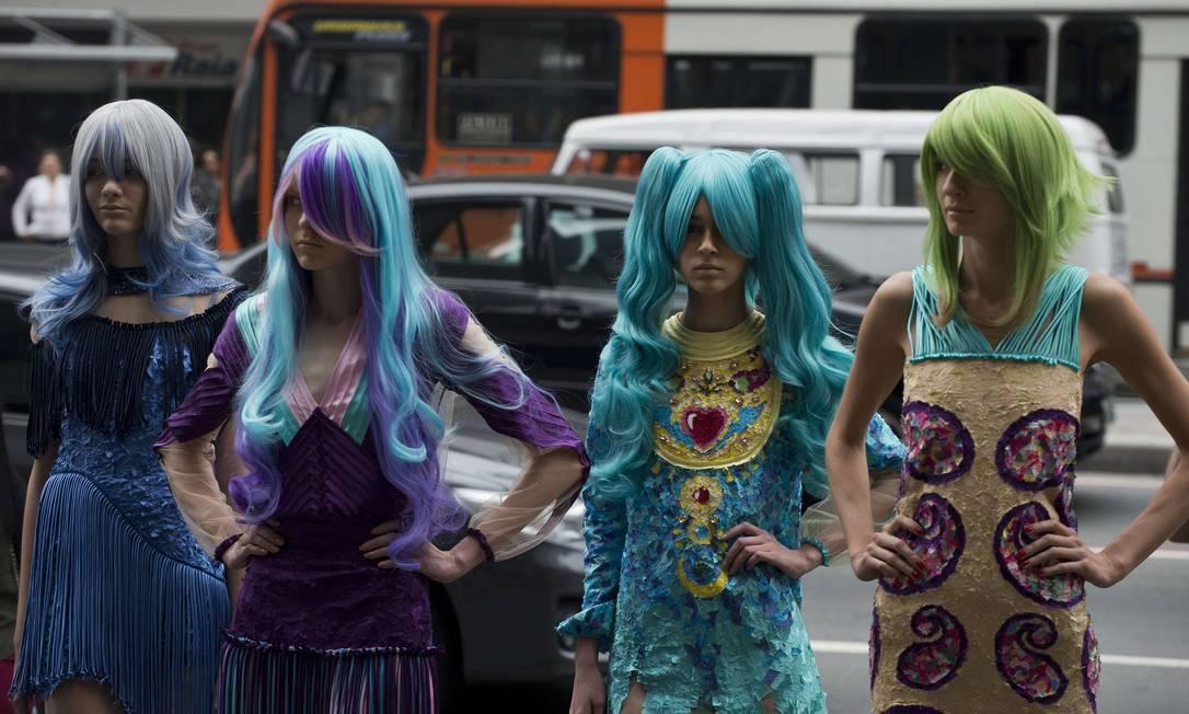 Para completar o styling dos looks, foram usadas perucas supercoloridas que deram destaque aos modelitos NELSON ALMEIDA / AFP