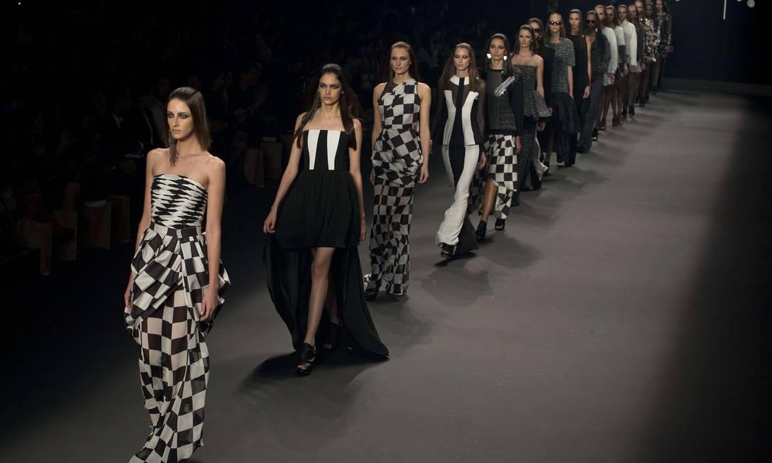 A grife Juliana Jabour encerrou a segunda noite de desfiles. A estilista resgatou uma de suas matérias-primas preferidas para a coleção de Inverno 2014: o moletom AFP / Nelson Almeida