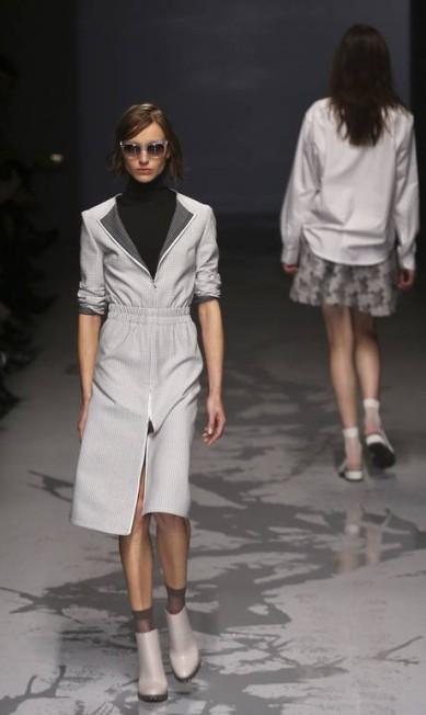 Fendas frontais, laterais e traseiras ganharam destaque no desfile do estilista baiano NACHO DOCE / REUTERS