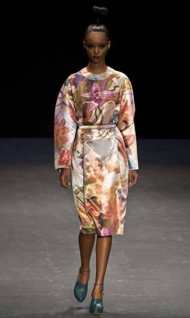 A grife apresentou peças com a silhueta alongada e vestidos e saias com a cintura bem marcada AFP / Nelson Almeida