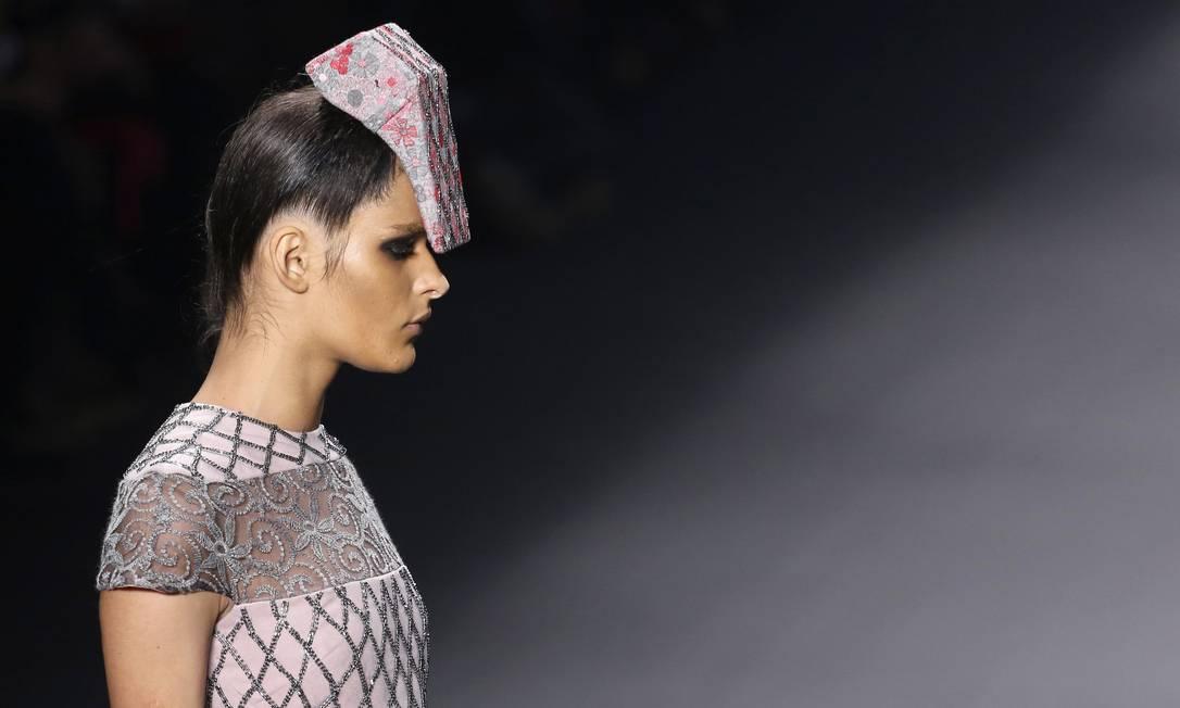 Modelos apresentaram curiosos acessórios de cabeça geométricos Reuters / Nacho Doce