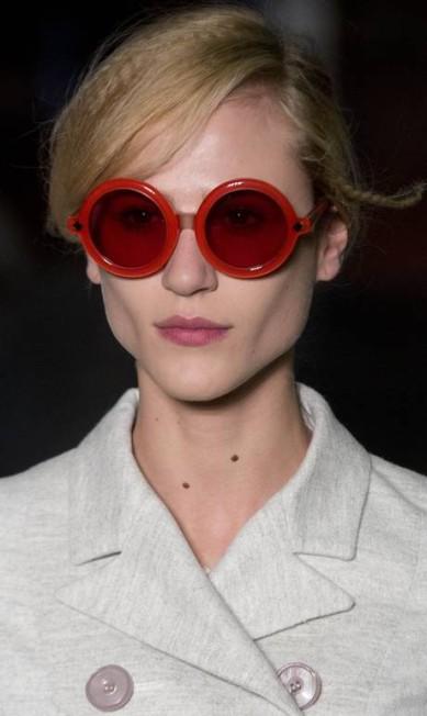 Close dos óculos redondos e coloridos da marca Andre Penner / AP