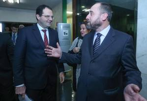 Os ministros Nelson Barbosa, do Planejamento, e Luís Inácio Adams (de barba), da AGU Foto: ANDRE COELHO / Andre Coelho/07-07-2015