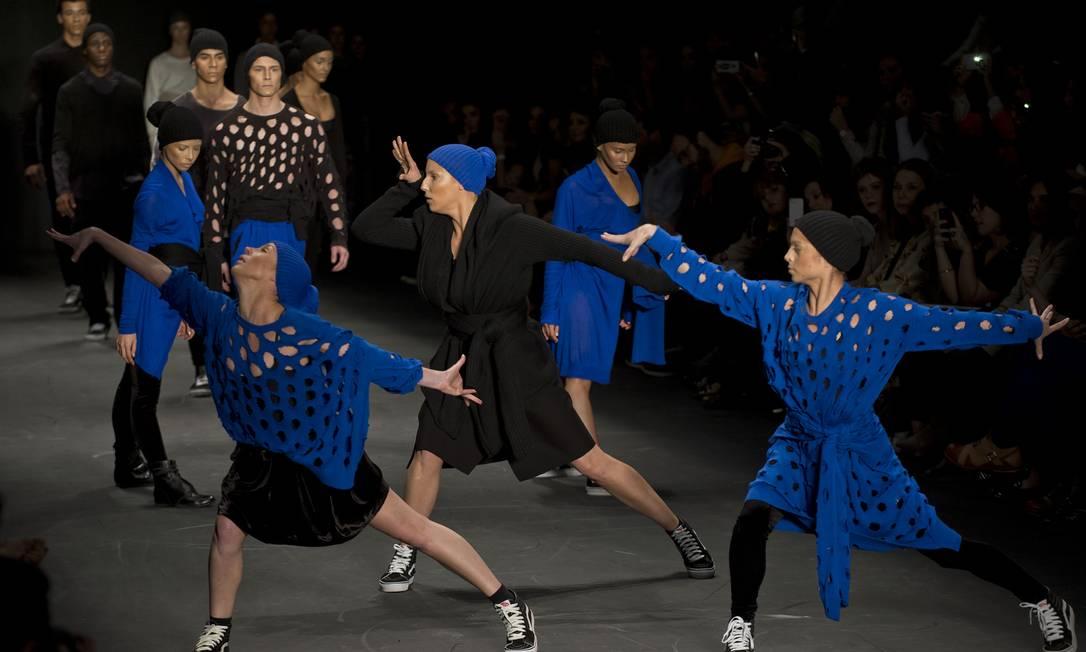 Segunda grife a desfilar, Uma Raquel Dawidovicz apresentou um desfile performático inspirado nas ruas. A coleção traz peças mais amplas e fluidas e explora sobreposições AFP / Nelson Almeida