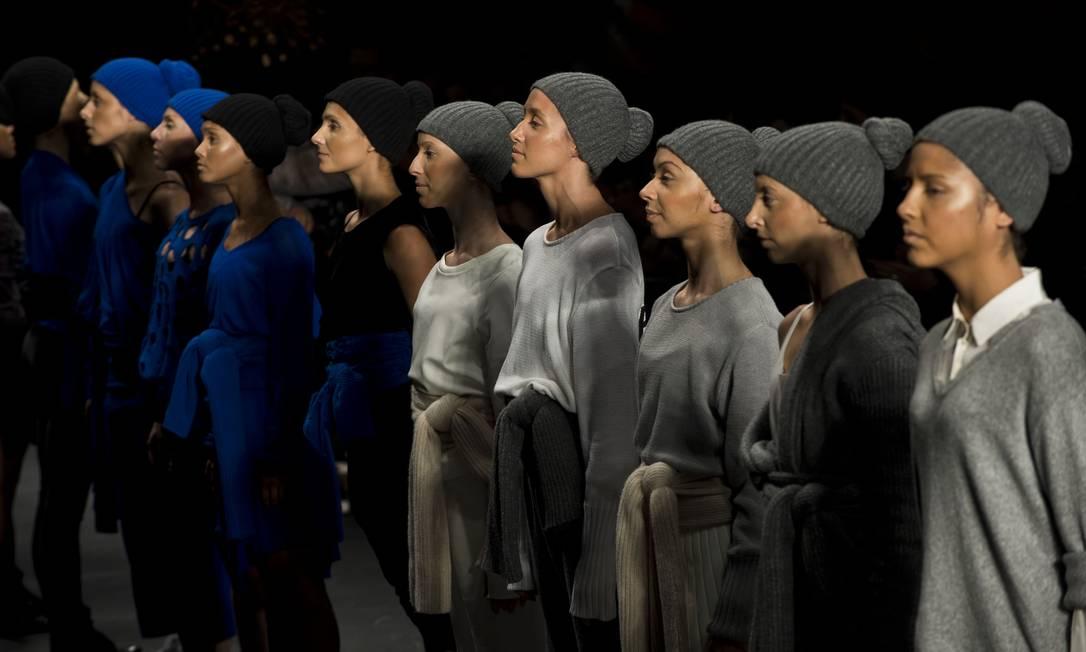 A estilista substituiu modelos por 26 bailarinos da São Paulo Companhia de Dança, que apresentaram uma coreografia exclusiva AFP / Nelson Almeida