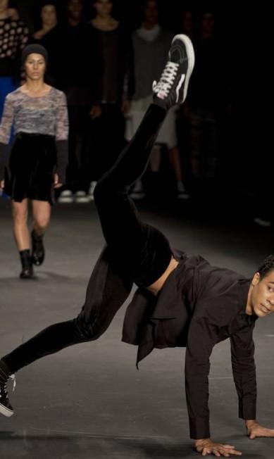 A criadora da marca trouxe silhueta desconstruída e cheia de sobreposições do universo dos bailarinos para as passarelas AFP / Nelson Almeida