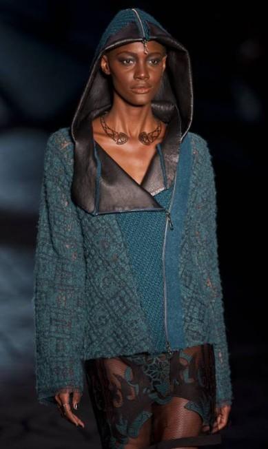 A estilista Priscilla Darolt buscou inspiração na mística celta. Da Escócia, ela trouxe influências medievais. O capuz da jaqueta faz referências aos povos druidas NELSON ALMEIDA / AFP