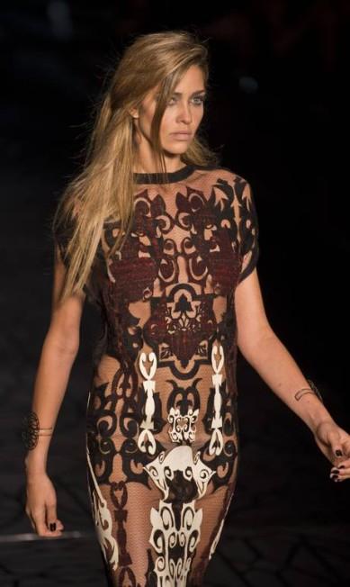 Vestido com aplicações inspiradas na Escócia e na Inglaterra NELSON ALMEIDA / AFP