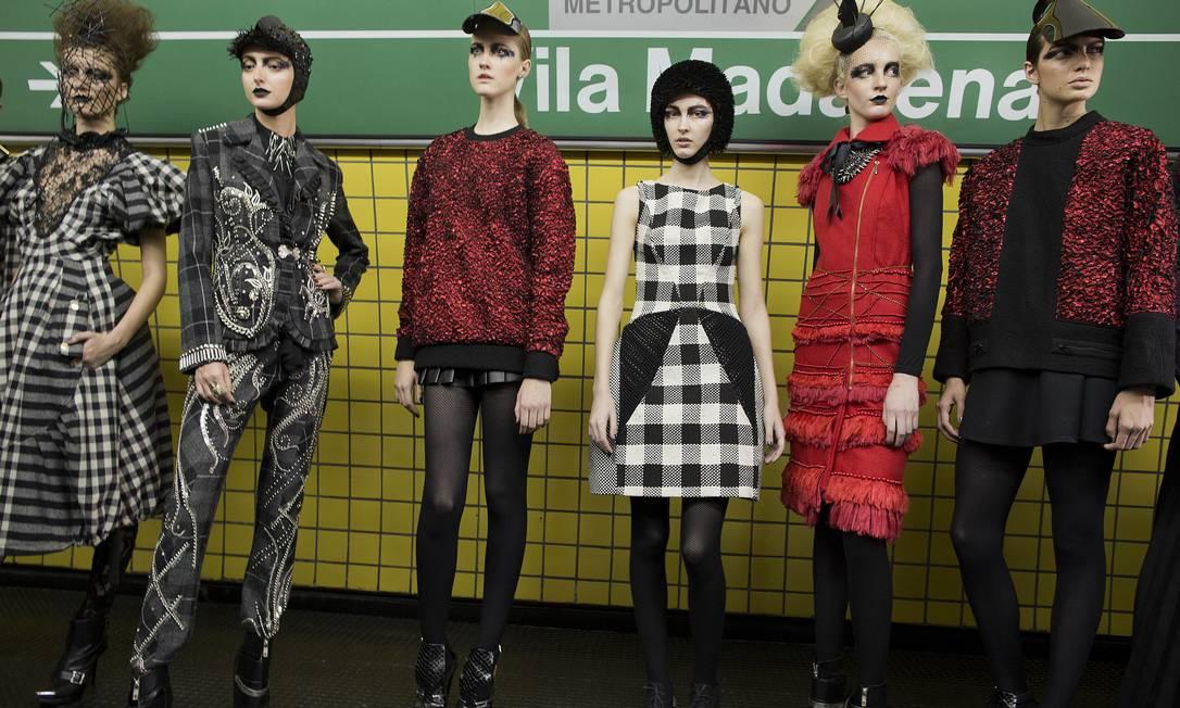 Os desavisados que pegaram o metrô de São Paulo neste domingo tiveram uma surpresa: 40 modelos desfilaram pelos vagões de diversas estações da linha 2 Verde, em uma ação que marcou o início da semana de moda paulistana Andre Penner / AP